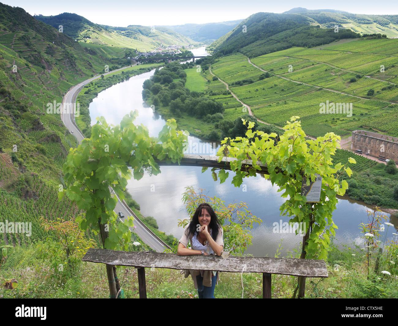 Klettersteig Calmont : Frau ruht auf calmont klettersteig im moseltal bremm rheinland