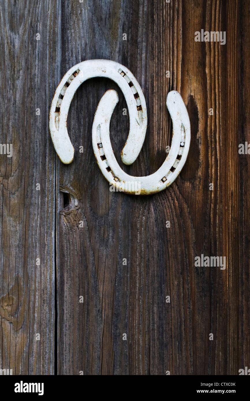 Zwei Hufeisen an einem alten Schuppen Tür genagelt. Stockbild