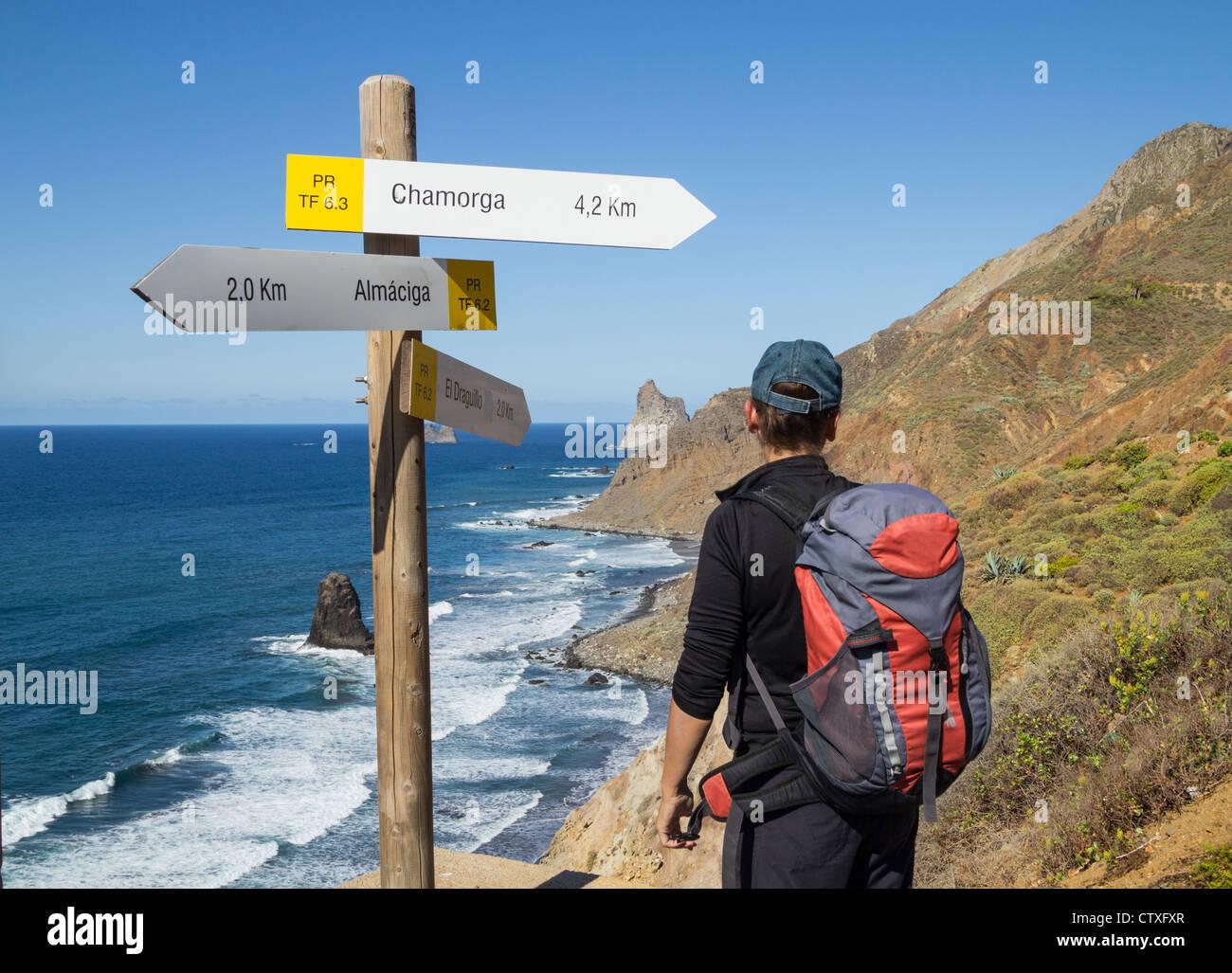 Weibliche Wanderer in der Nähe von Wanderweg-Wegweiser mit Blick auf Roques de Anaga bei Benijo im Anaga Naturpark Stockfoto