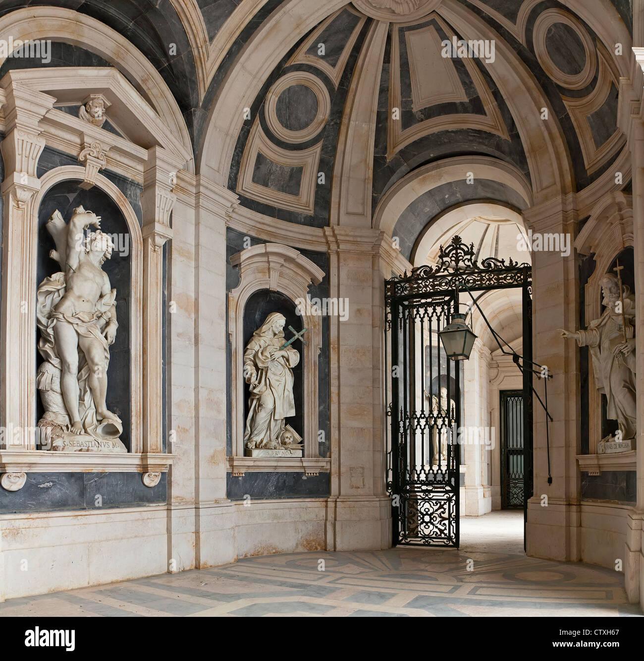 Italienische barocke Skulpturen im Nationalpalast von Mafra und Kloster in Portugal. Barock-Architektur. Franziskaner Stockbild