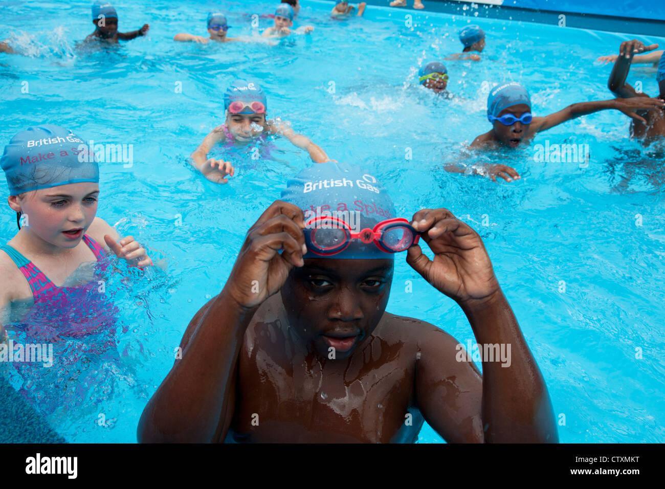 Kinder im Grundschulalter, London, UK, nehmen Sie Teil an einer Schwimmbad-Sitzung, Sport in der Schule und Hilfe Stockbild