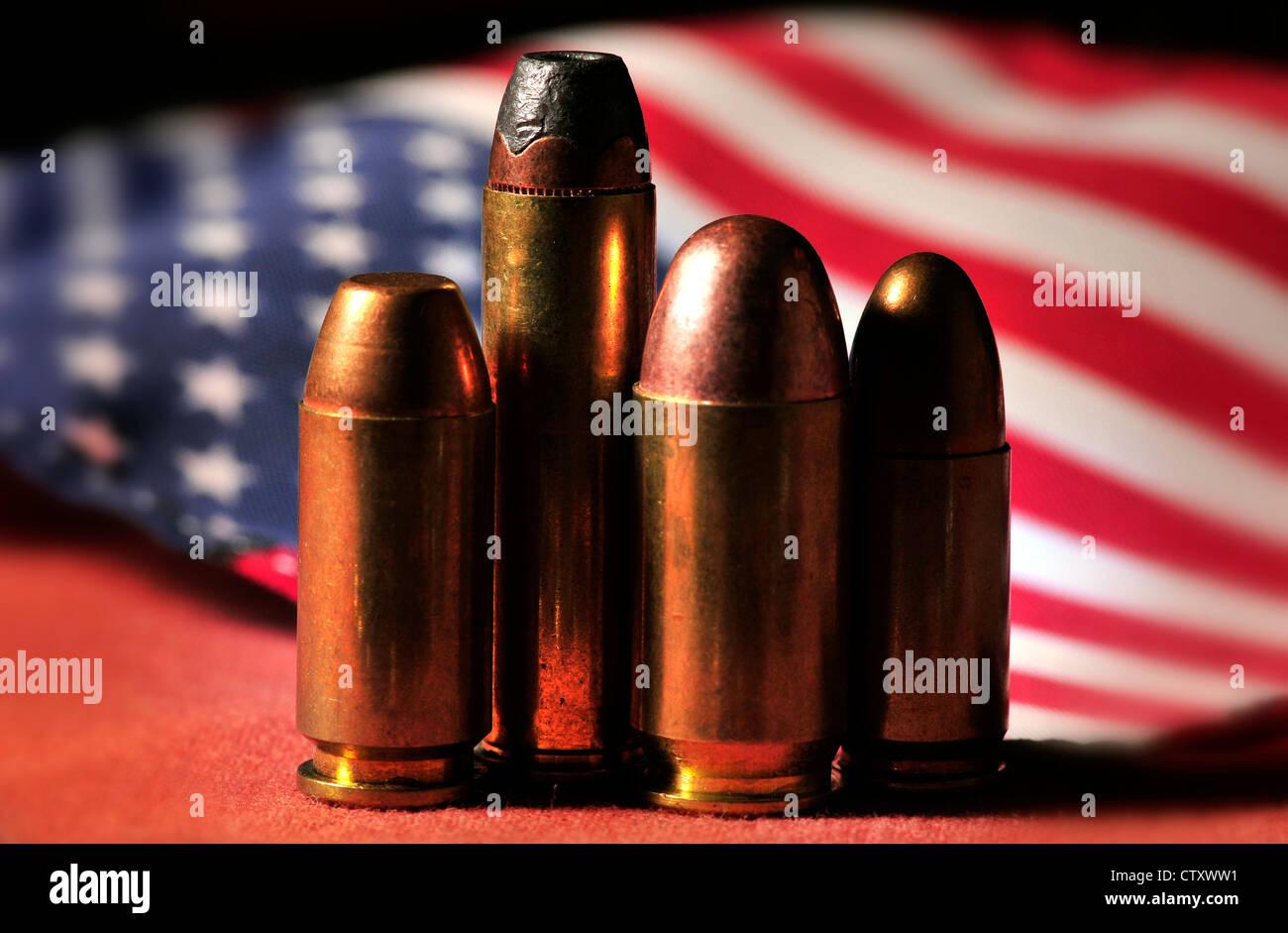 Nichtbezahlten Runden von Waffen mit einer amerikanischen Flagge. Stockbild