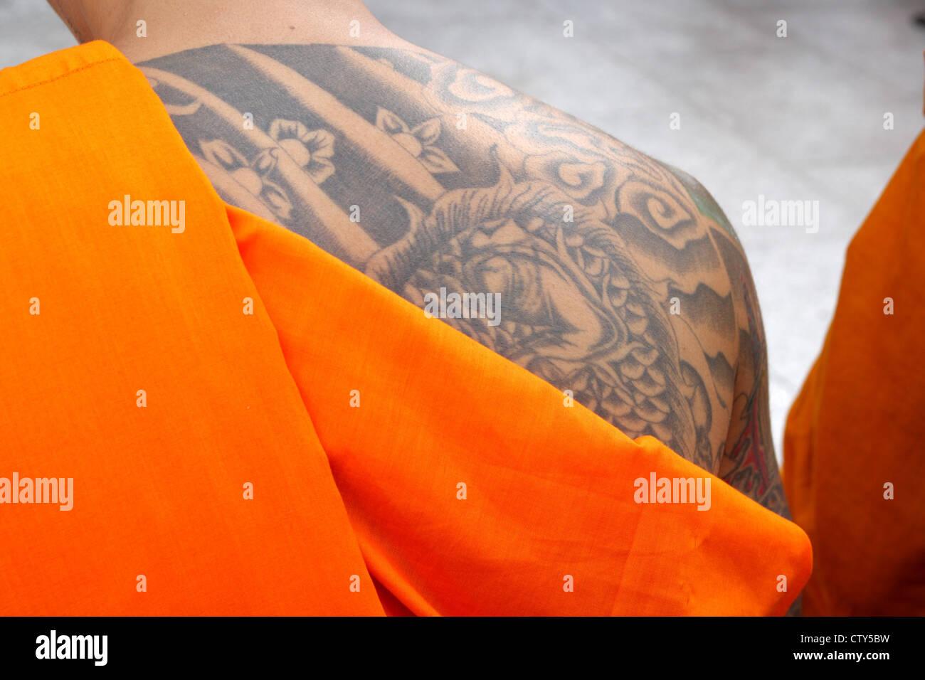 Ein Thai buddhistischer Mönch mit Tattoo am oberen Rücken Stockbild