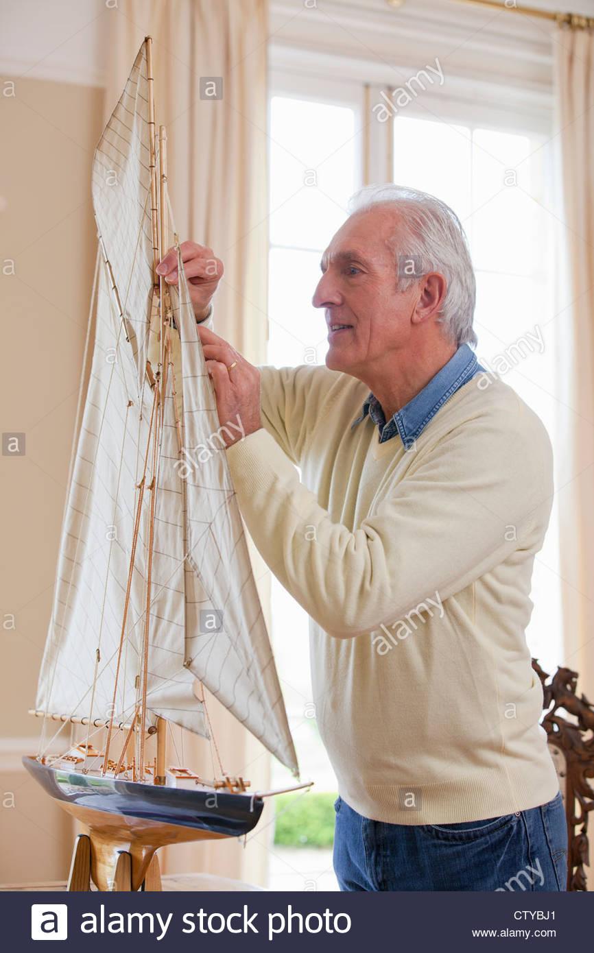 Senior woman Montage Modell Segelboot Stockbild