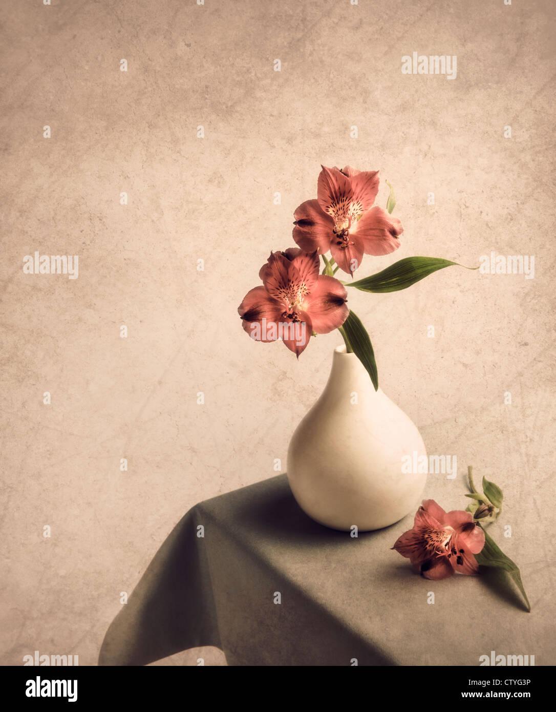 Blumen in Vase auf Beistelltisch mit Struktureffekt Stockbild