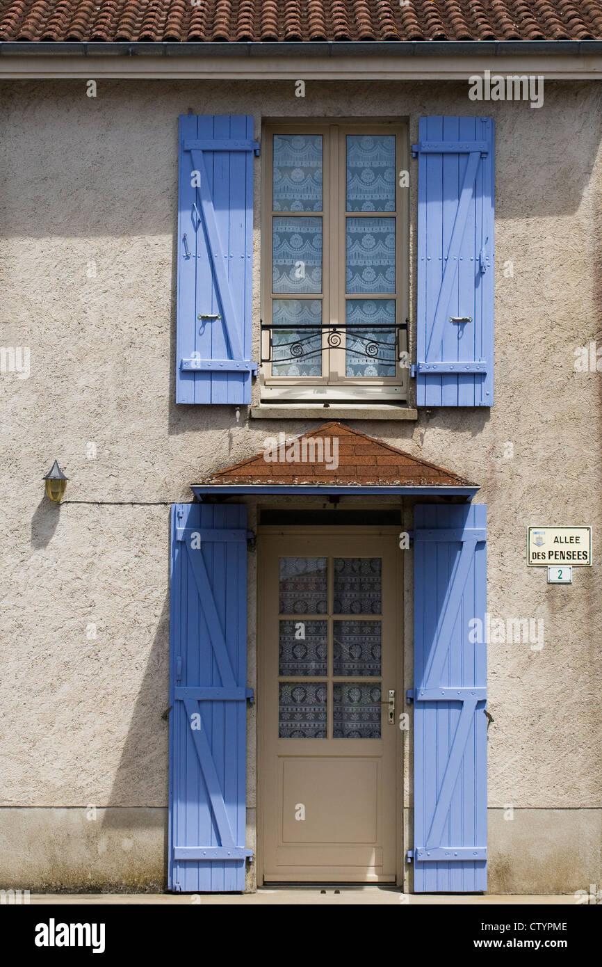 Blauen Fensterladen Auf Eine Franzosische Fenster Und Tur Stockfoto