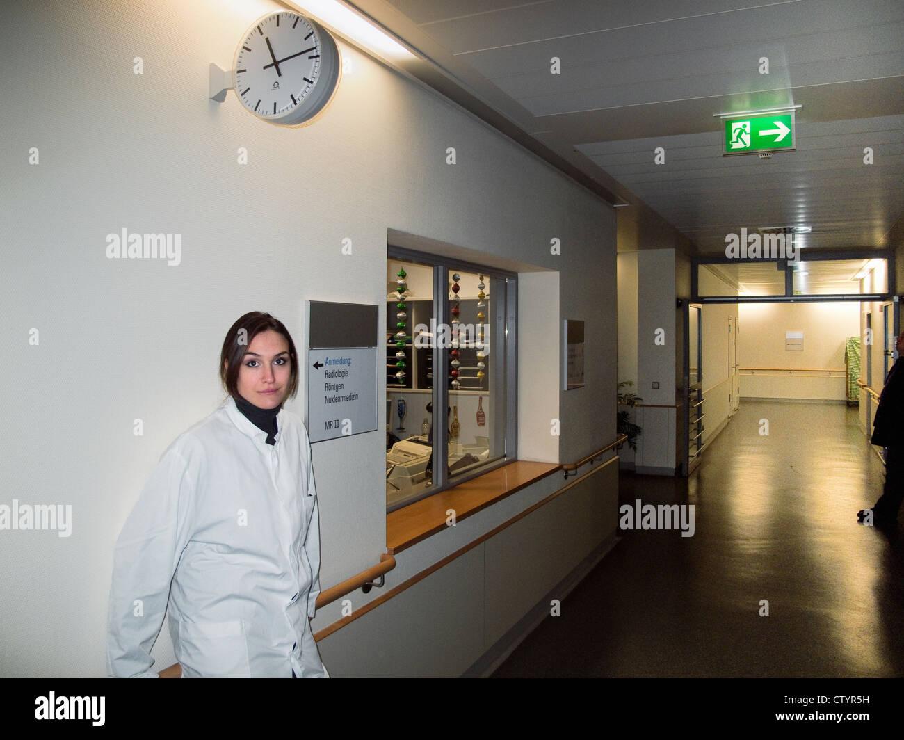 junge Ärztin arbeitet Nachtschicht im Krankenhaus Stockbild