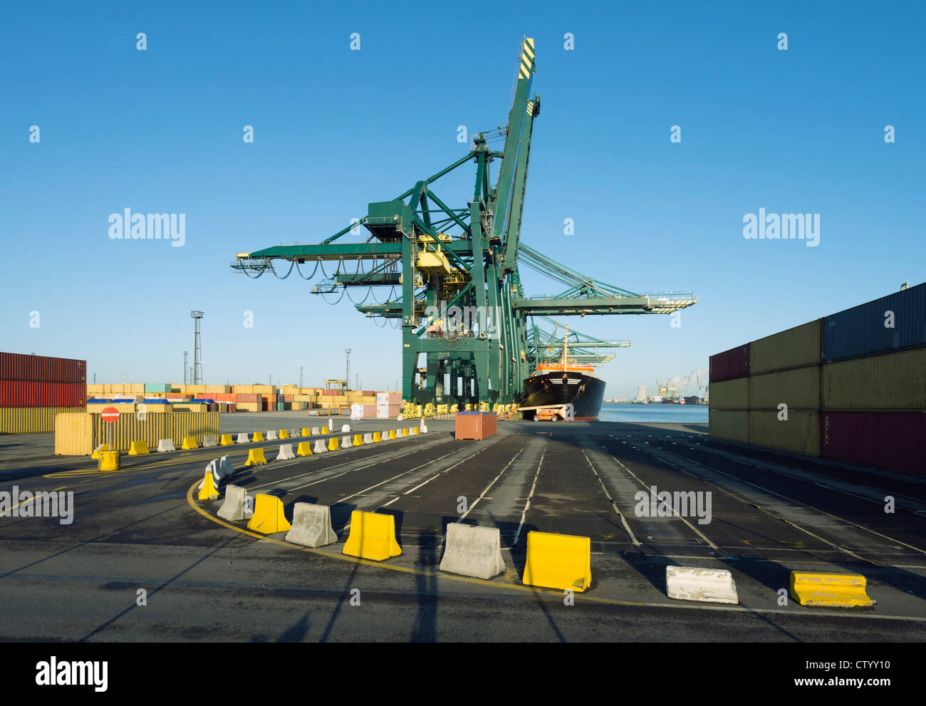 Container in Werft Stockbild