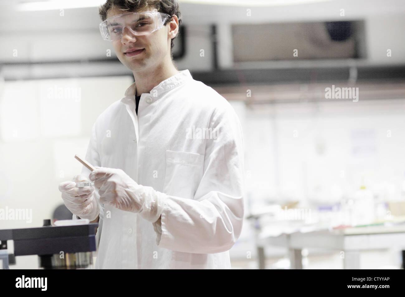Wissenschaftler halten Pipette im Labor Stockbild