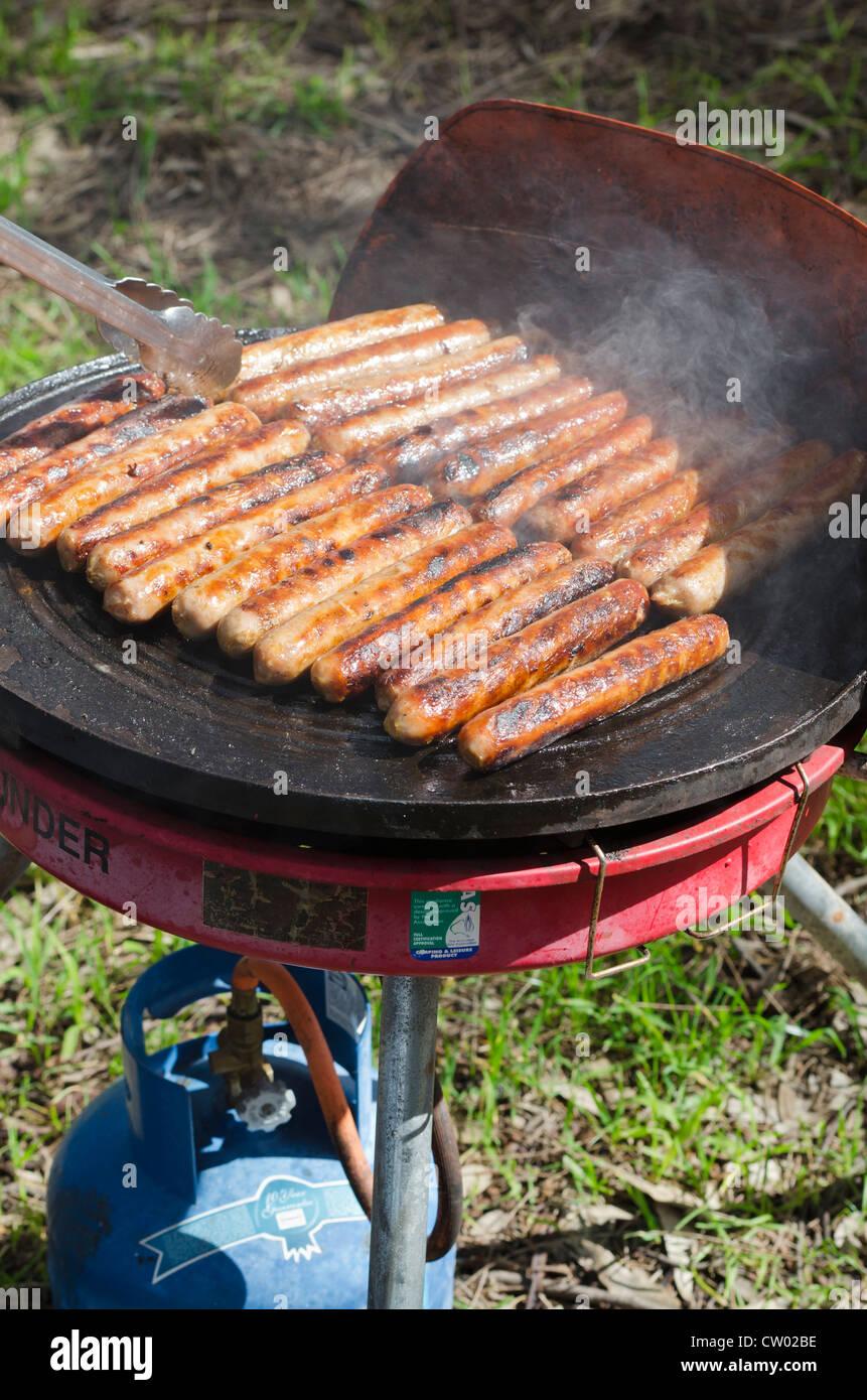Kochen Würstchen Auf Ein Gas Grill Im Freien, Perth, Australien Stockbild