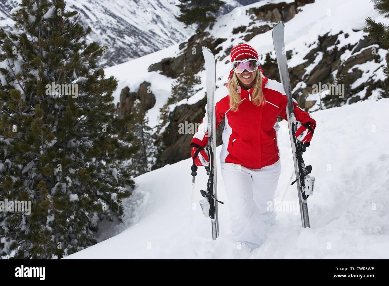 Skifahrer auf verschneiten Hang stehend Stockbild