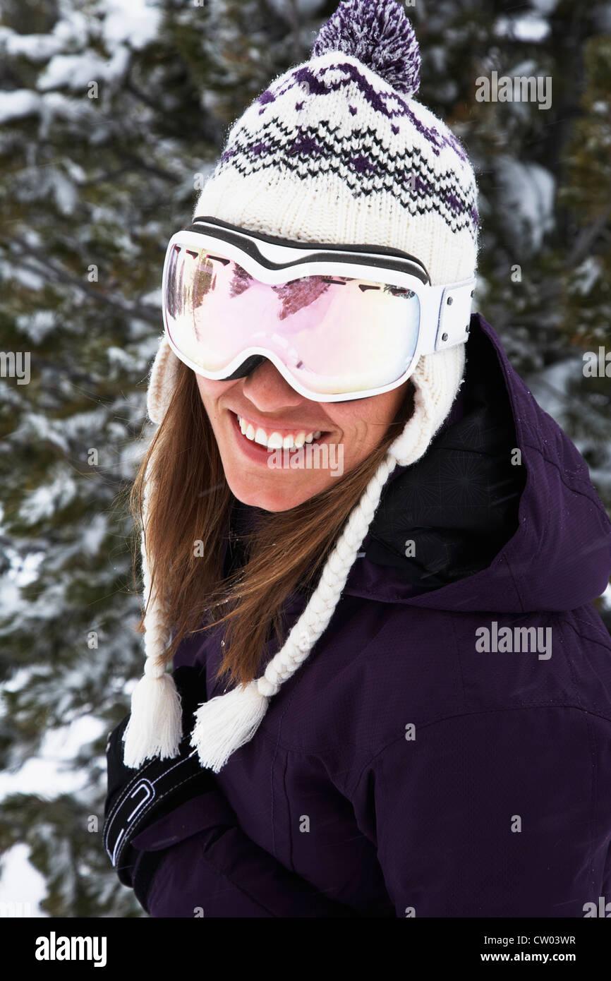 Nahaufnahme des Skifahrers in Brille und Hut Stockbild
