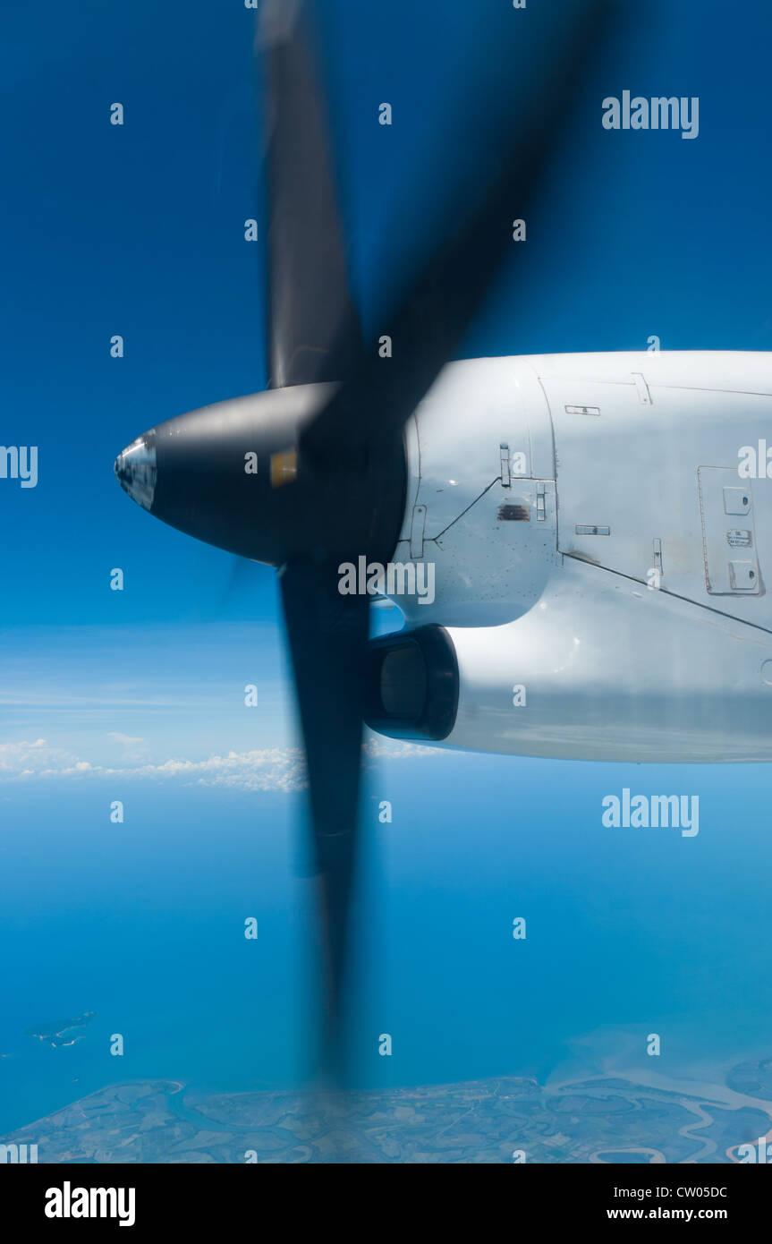 drehendem Propeller in einem kommerziellen Flugzeug aus gesehen Stockbild