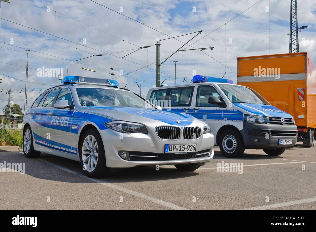 BMW und VW Volkswagen Polizei Streifenwagen der deutschen Bundespolizei (Bundespolizei) - Heilbronn Deutschland Stockbild