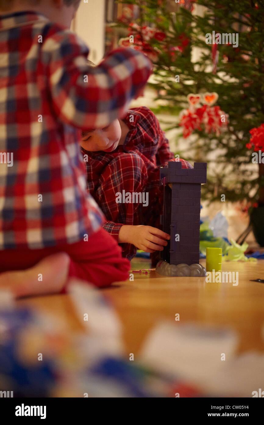 Kinder Weihnachtsgeschenke zu öffnen Stockfoto, Bild: 49791816 - Alamy