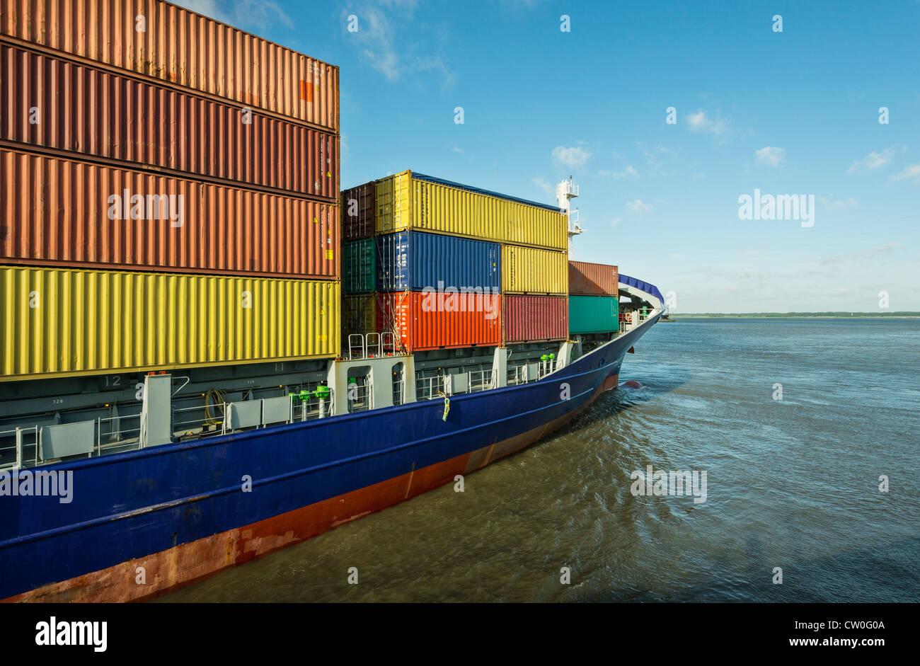 Container-Schiff in den Hafen segeln Stockbild