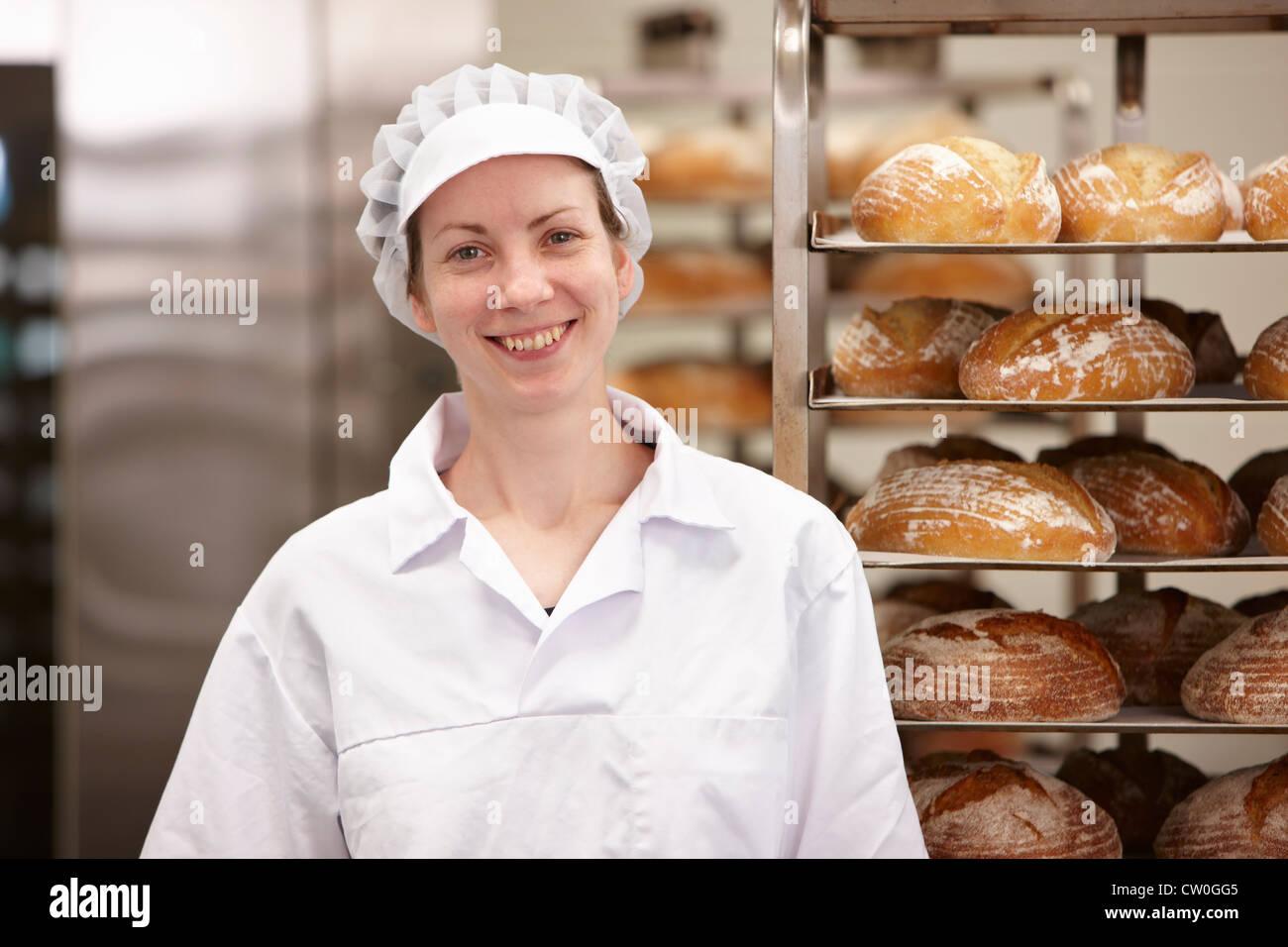 Koch in Küche stand lächelnd Stockbild