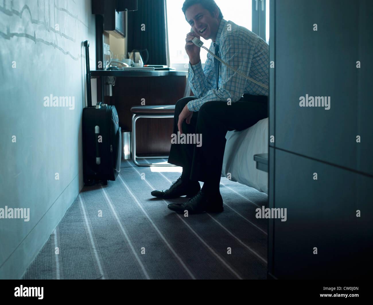 Geschäftsmann am Telefon im hotel Stockbild