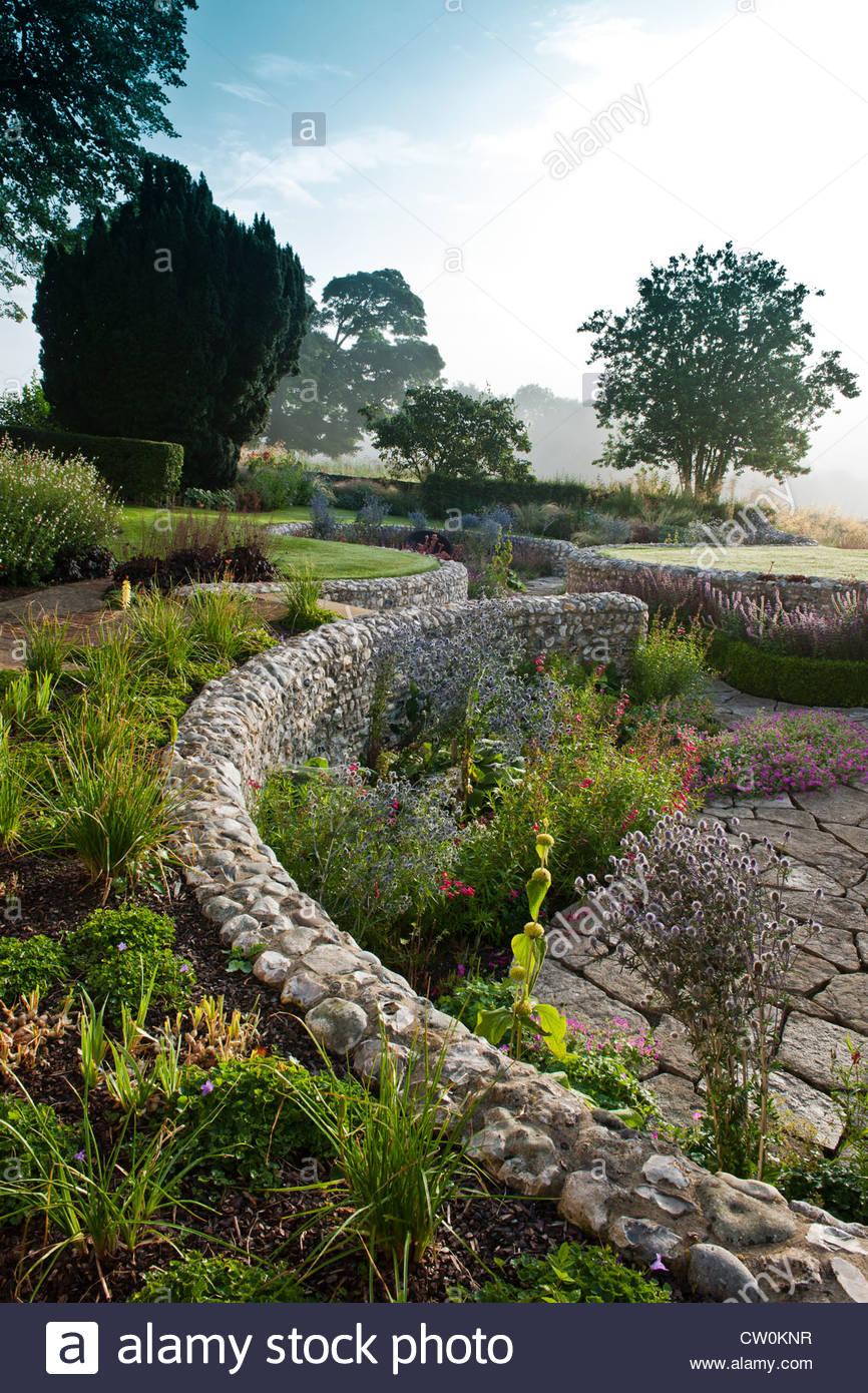 Zeitgenössische Versunkene Garten Steinmauern Halten Designer Design Julie  Toll Gebogen Runde Geschwungene Terrasse Sommer Stauden Baum