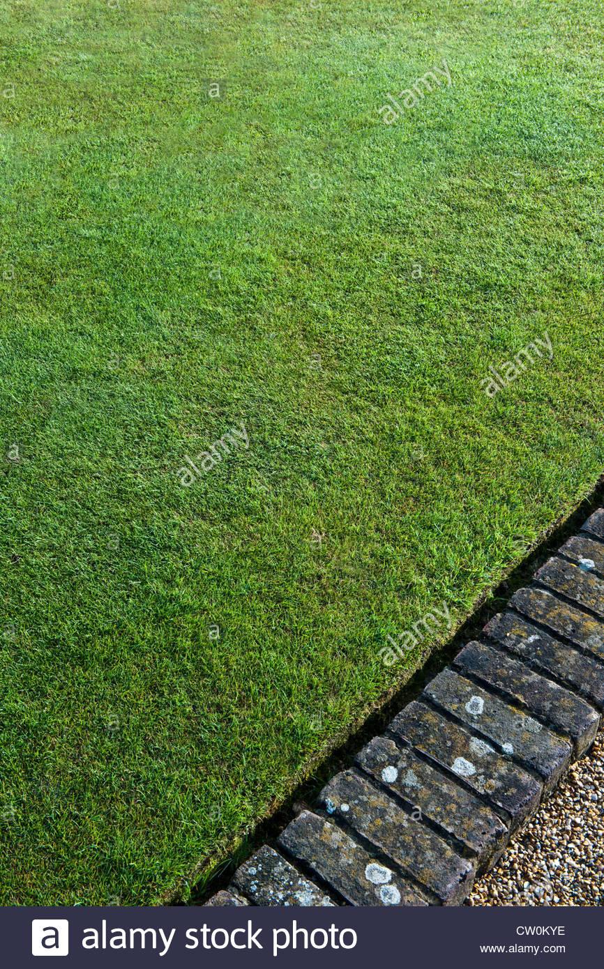 perfekten Rasen Rasen gemäht Bowling Green gemauerten Einfassung Suumer August Latchetts Sussex Kind freundlich Stockbild