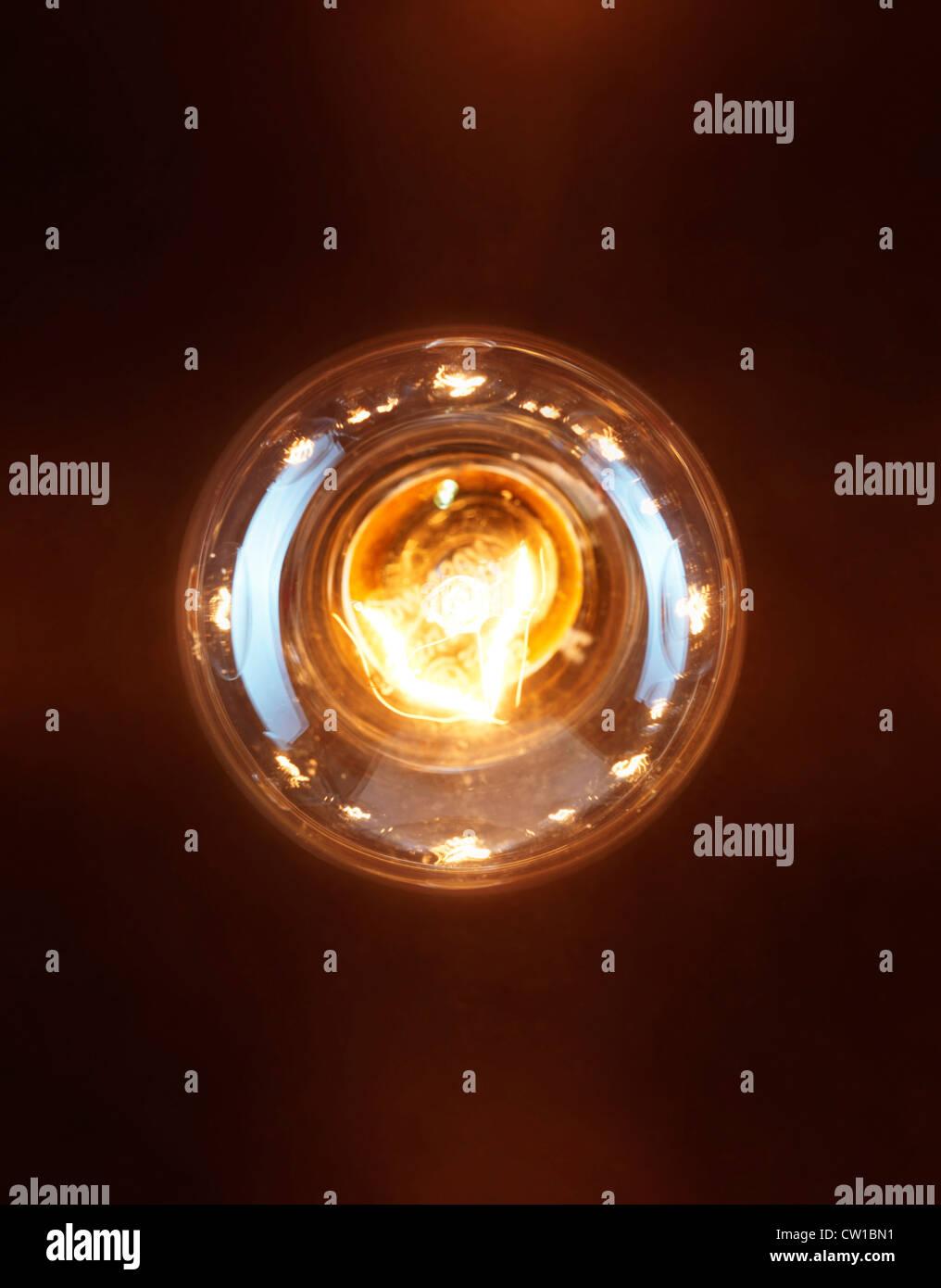 Einzelne Leuchten Glühbirne Glühlampe Wolfram auf schwarzem Hintergrund isoliert Stockbild