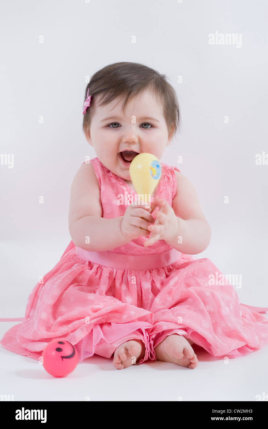 Porträt von einem Baby Mädchen gekleidet in Rüschen rosa Party Kleid ...