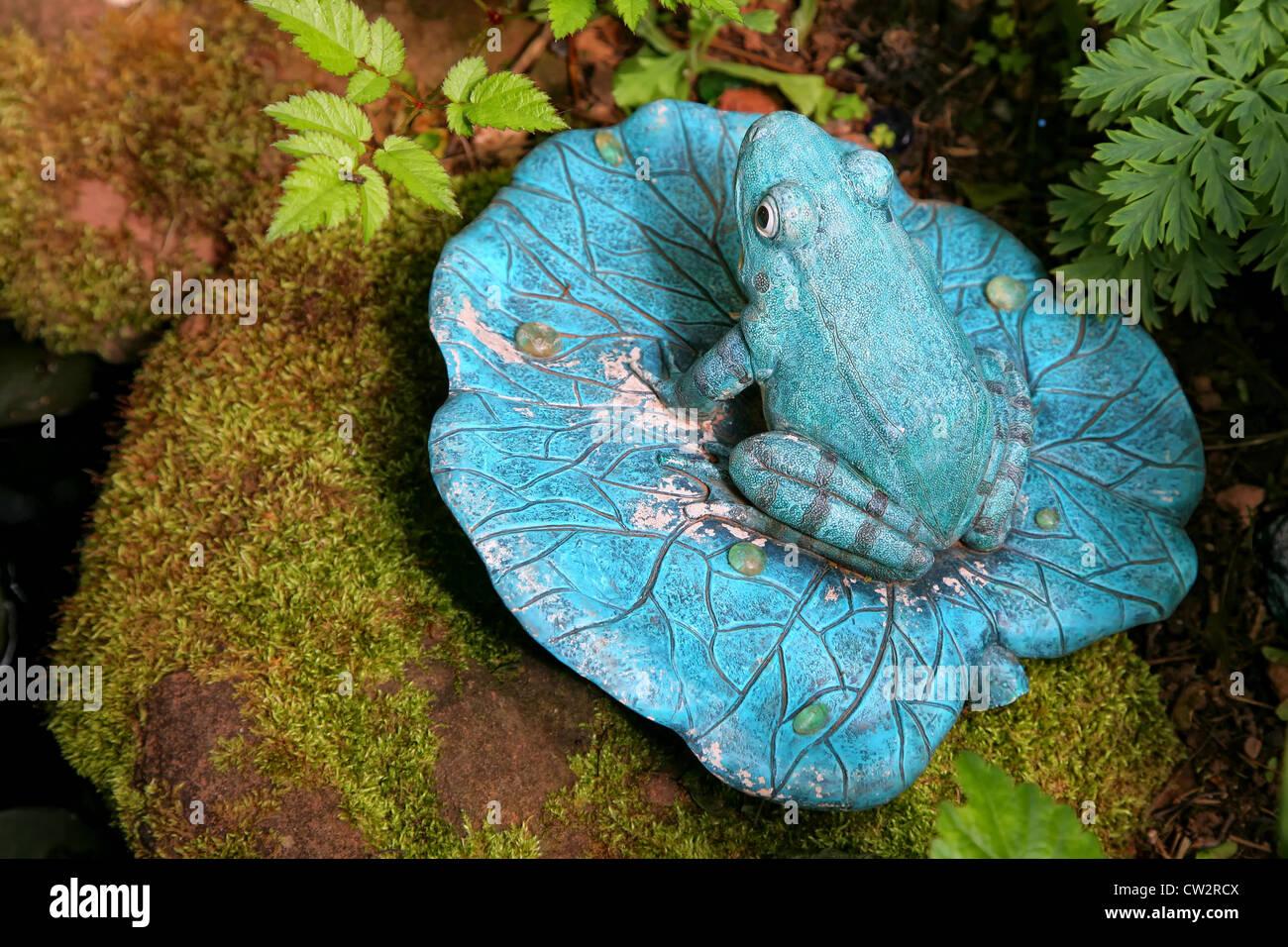 Keramik Garten Frosch auf Seerosenblatt auf einem bemoosten Felsen ...