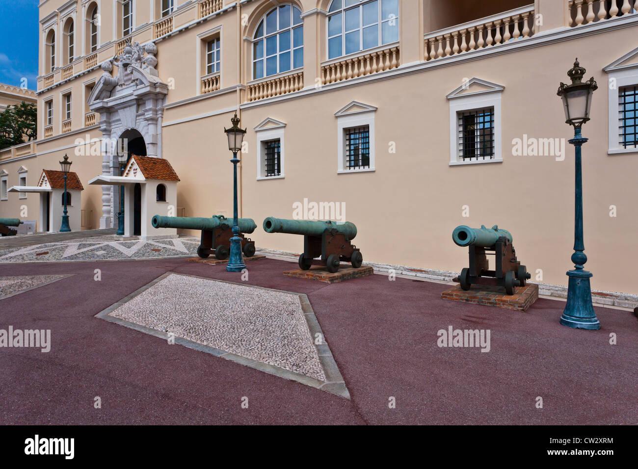 Der historische Eingang des Prinzen Palast von Monaco mit Canon Gewehren. Stockbild
