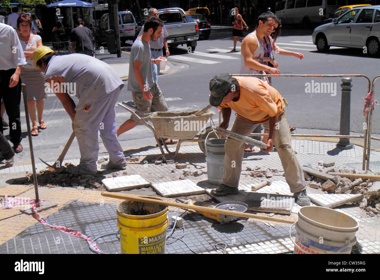 Avenida de Mayo in Buenos Aires Argentinien Bürgersteig Reparatur städtische Infrastruktur Bau Hispanic Mann Arbeiter Stockfoto