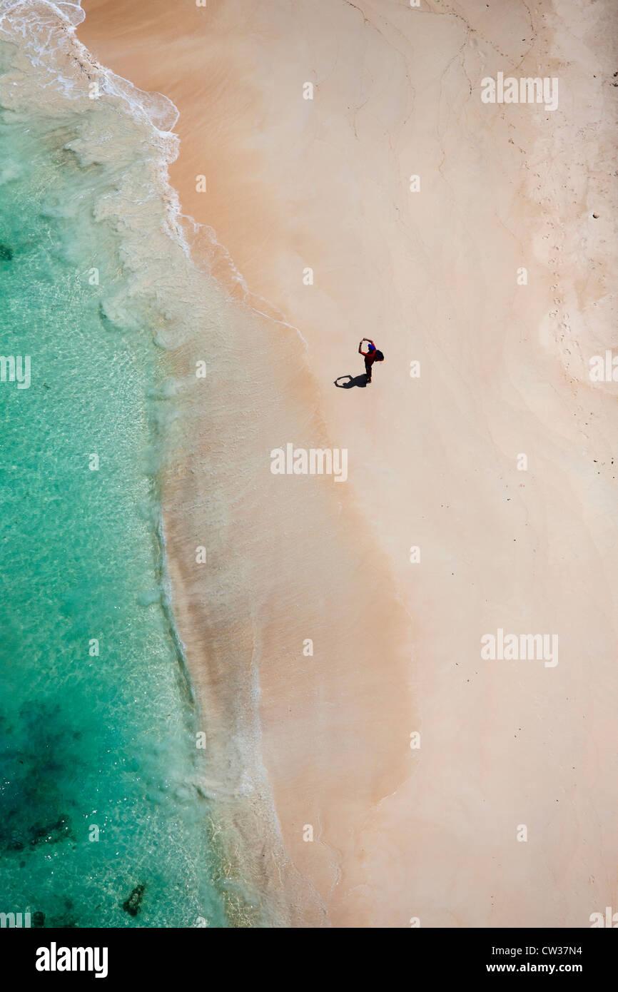 Luftaufnahme der Touristen am Strand vor der Küste Praslin.Seychelles Stockbild