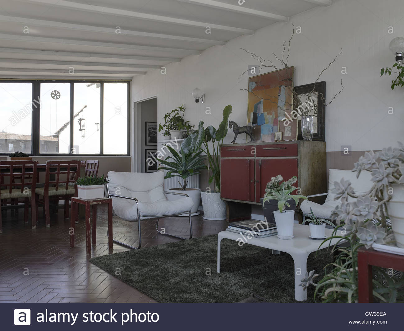 Modernes Wohnzimmer In Einer Wohnung In Italien Mit Vielen Pflanzen Und  Blumen Wie Ein Gewächshaus