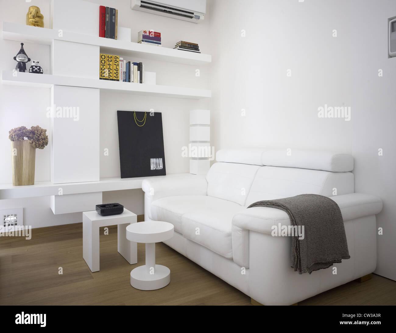 Zeitgenössische Wohnzimmer in einer italienischen Wohnung Stockfoto ...