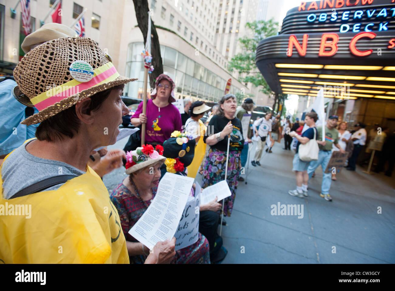 """Anti-Kriegs-Gruppen protestieren vor NBC in New York gegen die neue Wirklichkeit Fernsehprogramm """"Stars verdienen Stockbild"""