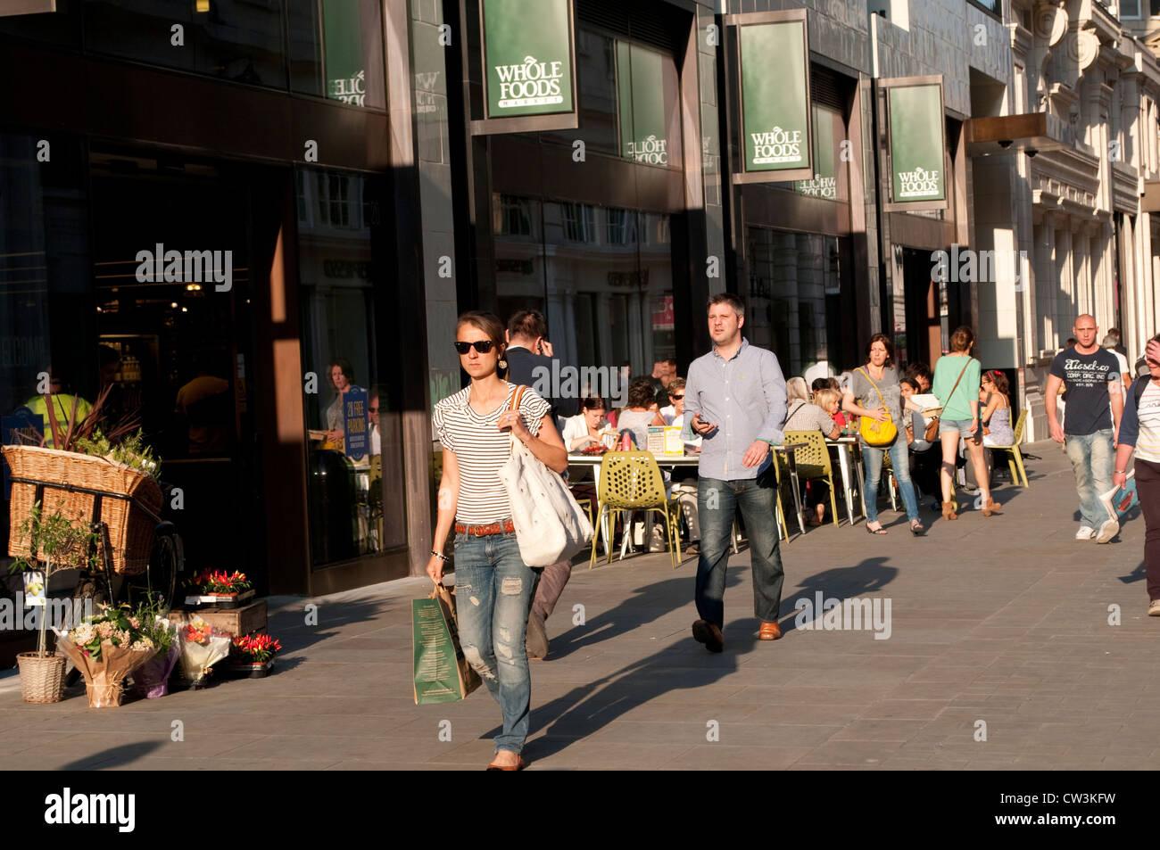 Glasshouse Fußgängerzone mit ganzen Lebensmittel Markt und Café, W1, City of Westminster, London, Stockbild