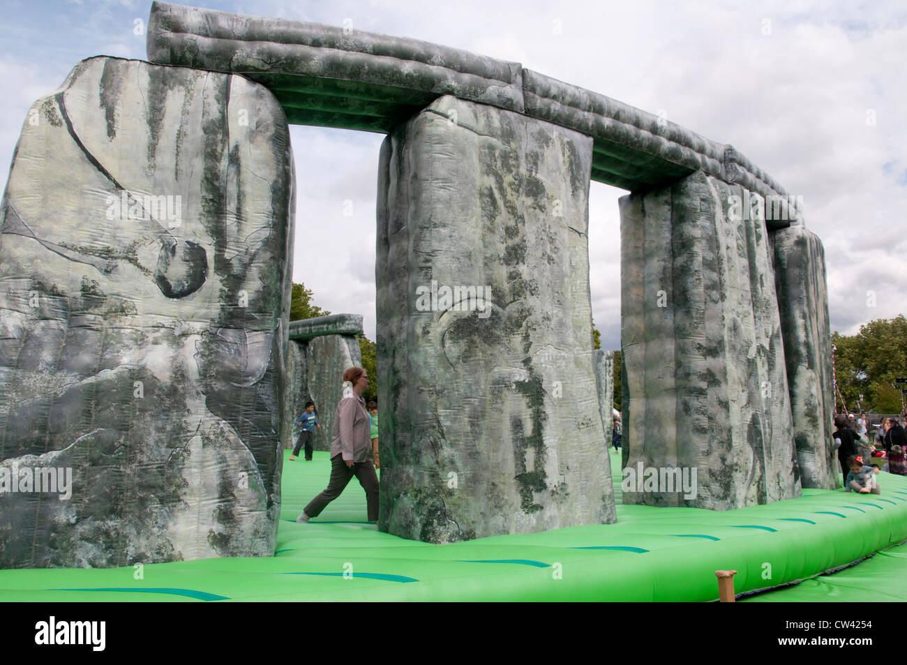 Sacriledge, Stonehenge Hüpfburg von Jeremy Deller, Teil der Kultur-Olympiade, London Borough of Newham Stockbild