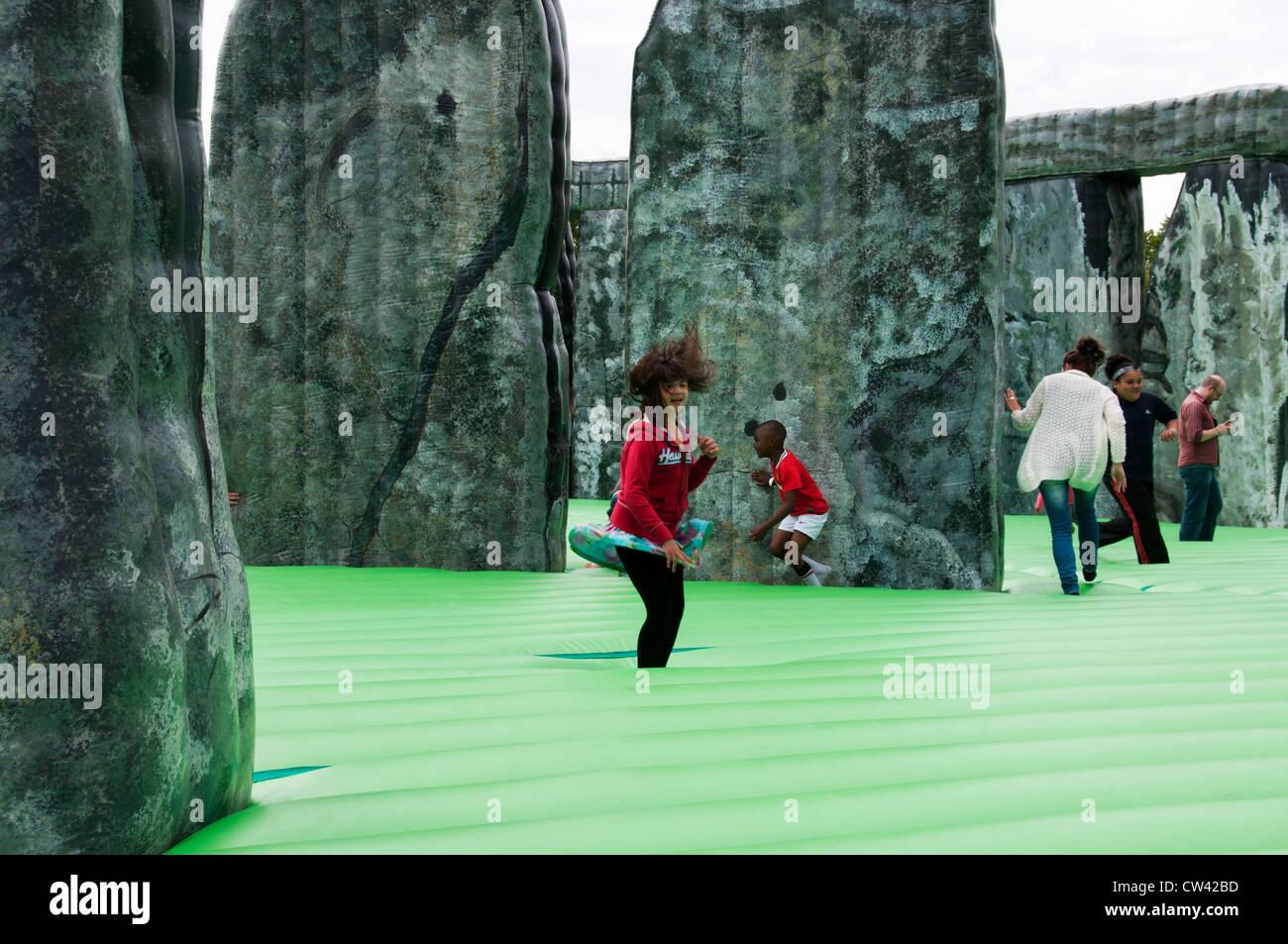 Sacriledge, Stonehenge Hüpfburg von Jeremy Deller, Teil der Kultur-Olympiade,, London Borough of Newham Stockbild