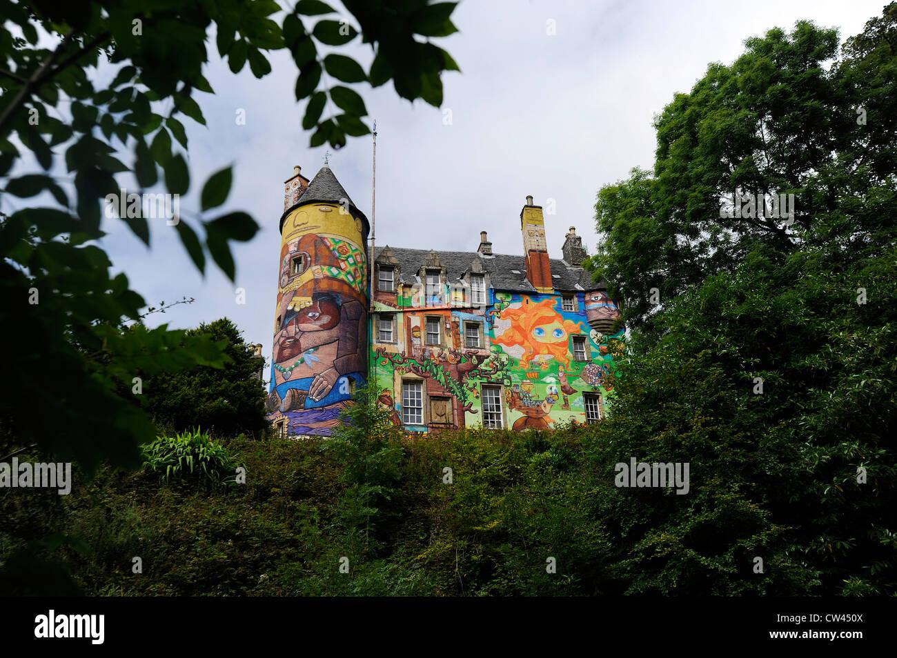 kelburn castle ayrshire schottland haus graffiti kunst. Black Bedroom Furniture Sets. Home Design Ideas