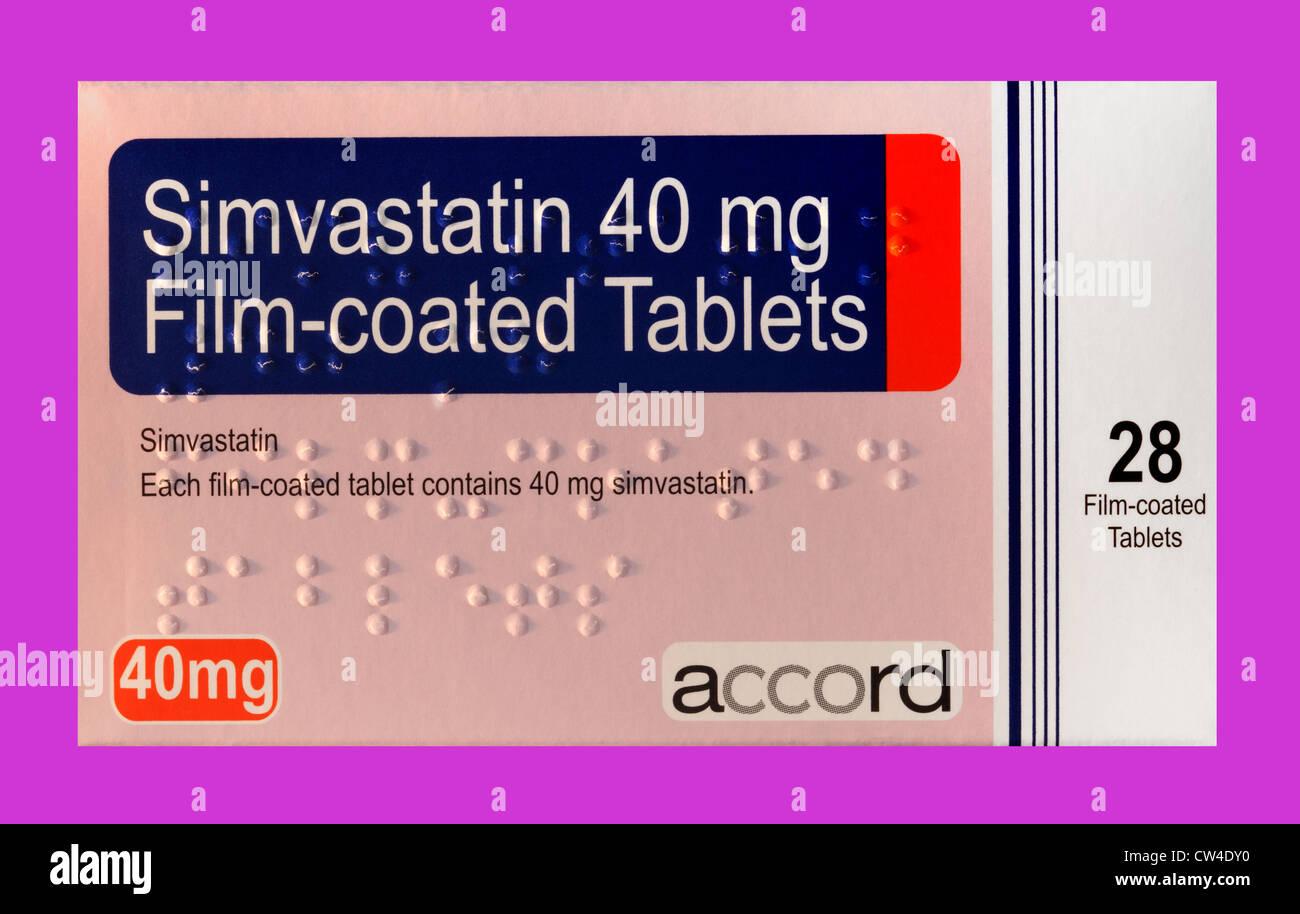 Eine Schachtel mit Simvastatin Tabletten, die zur Senkung des Cholesterinspiegels, zeigt die Braille-Schrift auf Stockbild