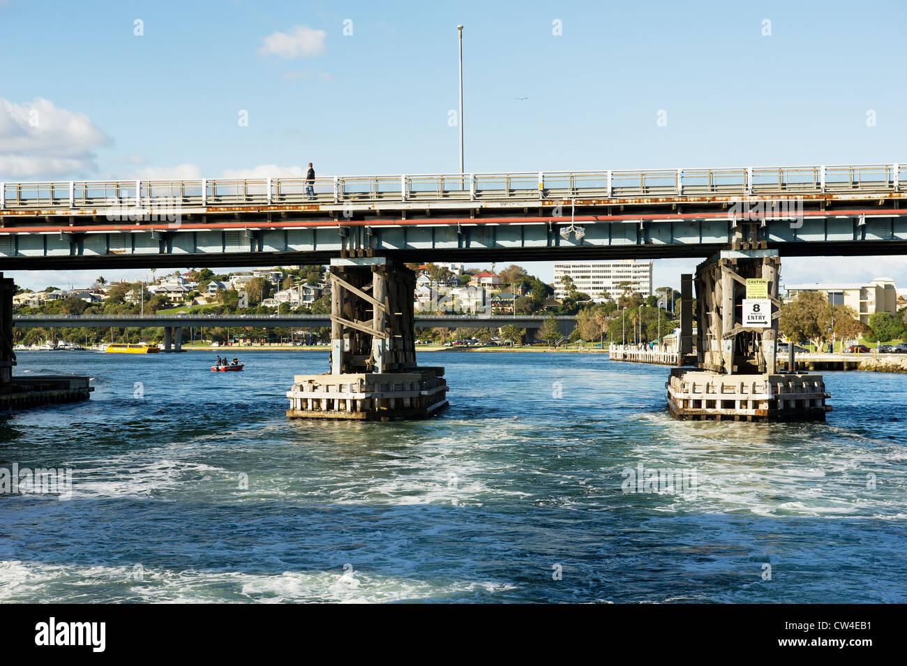Swan River Western Australien - Brücken über den Swan River in Fremantle in Western Australia Stockbild
