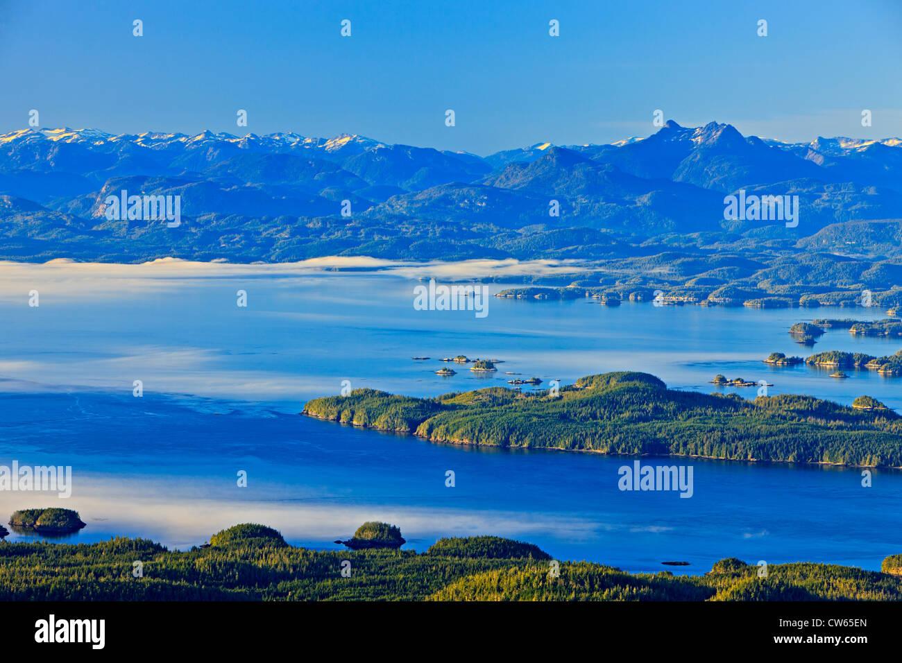 British Columbia Coastal Mountains mit Mount Stephens auf der rechten Seite, während Nebel von Queen-Charlotte Stockbild