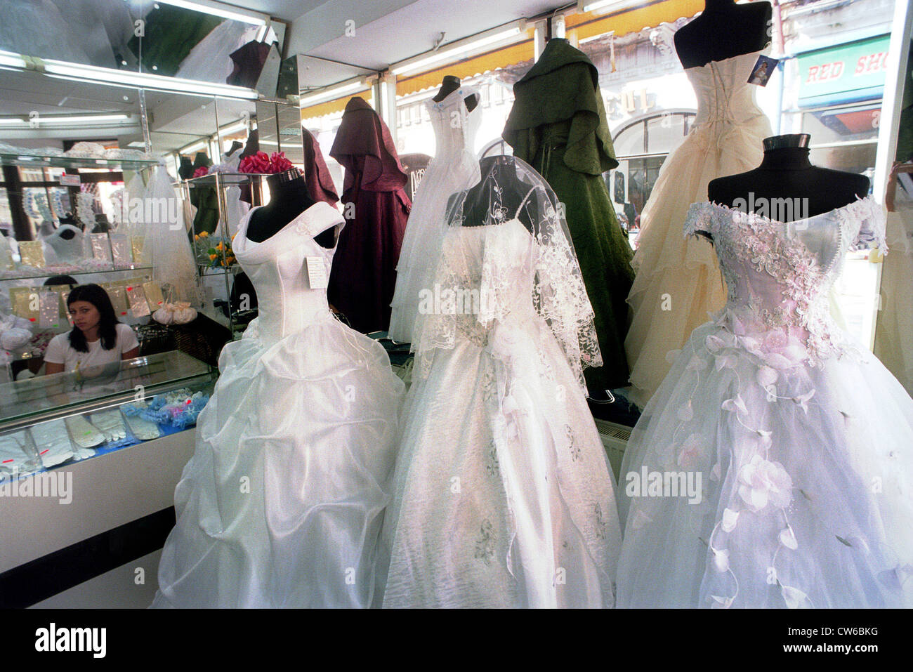 Brautkleider in einem Laden in der Leipziger Straße (Strada Lipscani ...