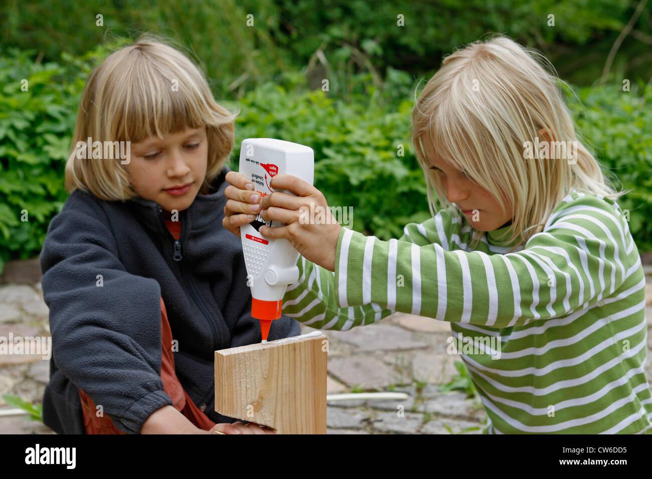 Kinder basteln einen trockner apfel aufsetzen holzleim