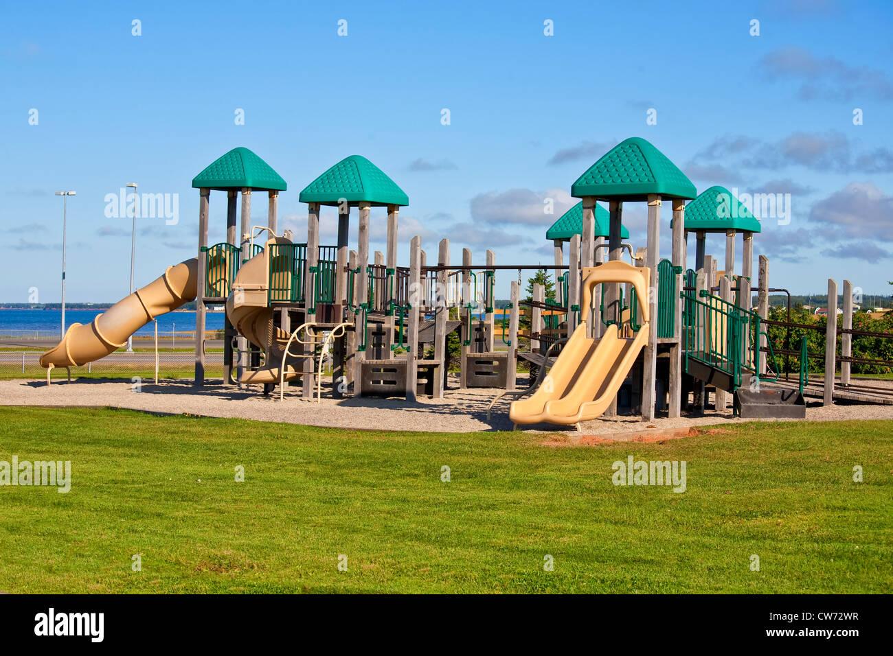 Klettergerüst Kunststoff : Auf einem park spielplatz mit riesigen klettergerüst stockfoto