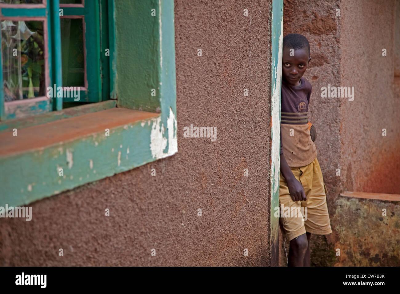 Junge stand am Eingang, Burundi, Gitega Stockbild