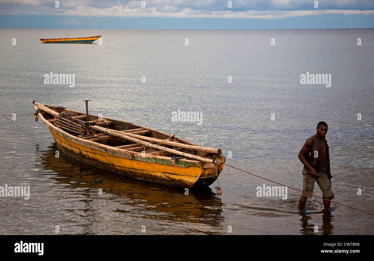 Fischer mit Fischerboot am Tanganjikasee, Burundi, Makamba Stockbild