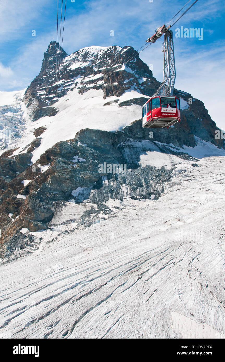 Matterhorn Glacier Paradise-Seilbahn mit Klein Matterhorn im Hintergrund, Zermatt, Wallis, Schweiz Stockbild