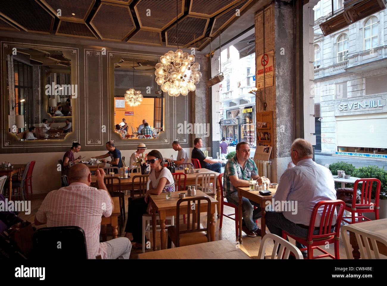 ISTANBUL, TÜRKEI. Interieur des Hauses Cafe auf der Istiklal Caddesi ...