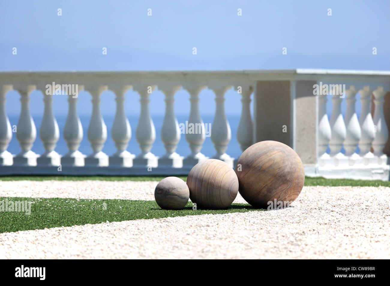 Landschaftsgestaltung. Terrasse, Blick auf Meer. Korfu, Griechenland. Konzentrieren Sie sich auf eine Gruppe von Stockbild