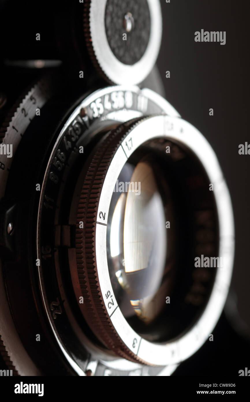 Eine alte Kamera Objektiv close-up auf einem dunklen Hintergrund ...