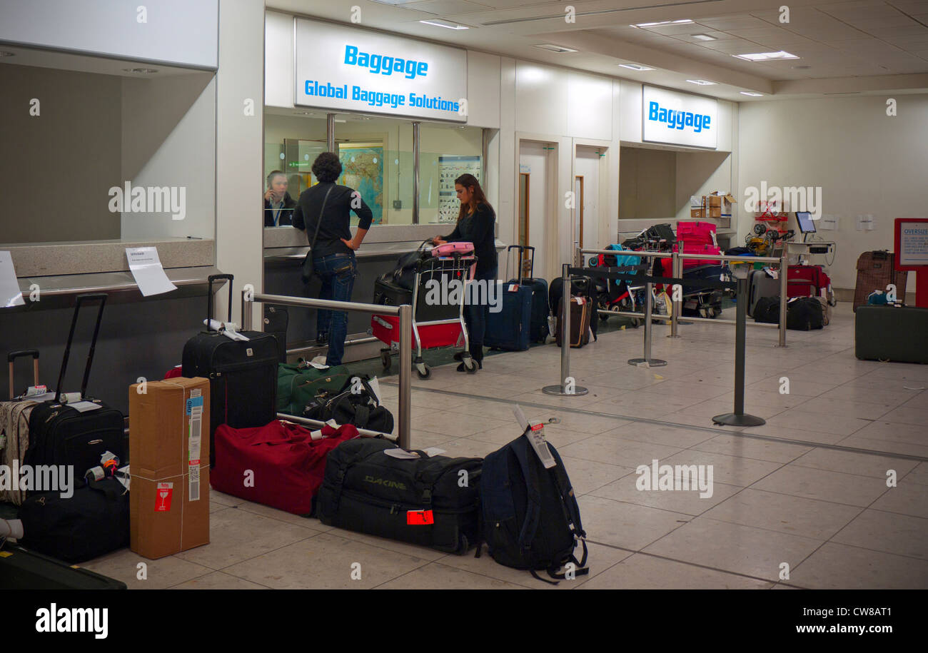 Verloren GEPÄCKAUSGABE GATWICK GROSSBRITANNIEN Flughafen verloren und übergroßes Gepäck Ressourcenbereich Stockbild